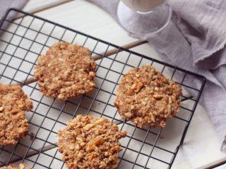 燕麦核桃饼干,吃不完可以用塑料袋装起来。