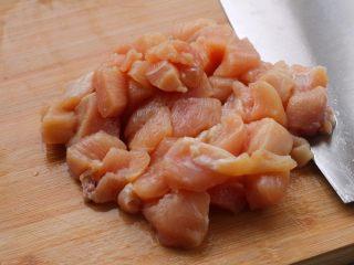 宫保鸡丁,3、切成丁,比花生米大一倍左右。