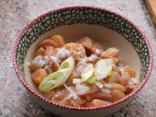 宫保鸡丁,4、放入碗中,加一点淀粉、料酒、葱、姜,腌制10分钟。