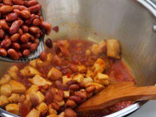 宫保鸡丁,13、炒至汤汁浓稠,倒入花生米。