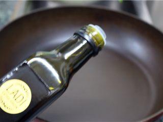 比肉还好吃的豆腐烧木耳,热锅,倒入橄榄油