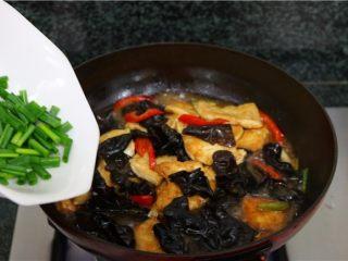 比肉还好吃的豆腐烧木耳,倒入葱段,翻炒均匀即可