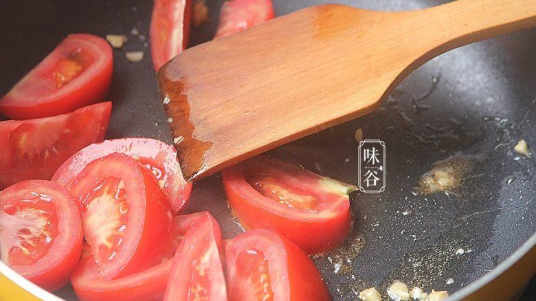酸甜爽口的茄汁藕片,放入番茄翻炒,加入适量水,炒出茄汁;