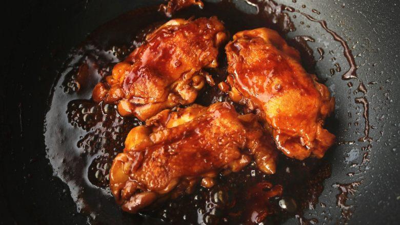 照烧鸡腿,慢慢的汤汁会变粘稠,期间不定时翻面,使鸡肉全部裹上汤汁并入味。