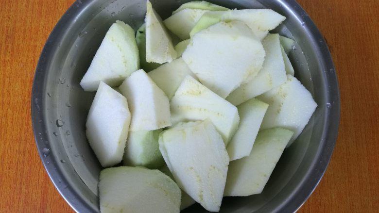 地三鲜,<a style='color:red;display:inline-block;' href='/shicai/ 58'>茄子</a>去皮,切成坡刀块,放入1勺盐拌匀腌制。