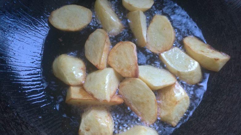 地三鲜,下入土豆稍微炸至金黄边捞出。