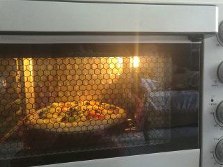 果干鸡肉披萨,放入烤箱上下火200度烘烤20分钟即可。