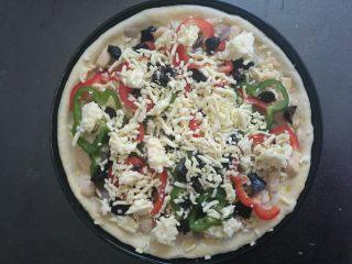 果干鸡肉披萨,最后把所有的马苏里拉芝士碎全部撒上。预热烤箱上下火200度15分钟。