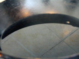 卤素菜,炒锅里放半锅油,大火烧热。