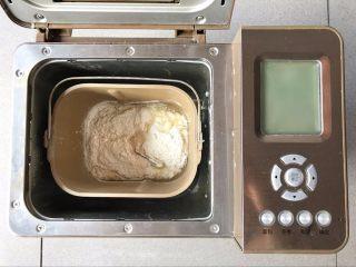肉松小面包 ,将材料按顺序全部投入面包机内,和面10分钟后,静置松驰5分钟左右,再和15分钟