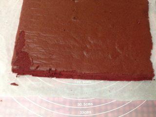 红丝绒蛋糕卷,晾凉后切去蛋糕四边修整齐,正面向上,采用反卷的方法