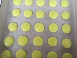 春色马卡龙,垂直挤在铺了油布的烤盘上,晾皮至不粘手状态,大概30分钟左右。