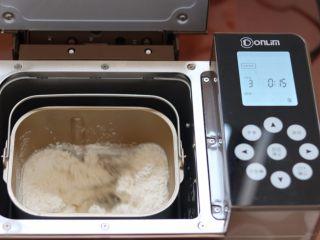 蔓越莓椰蓉花朵面包,3.启动面包机揉面功能 揉到面团光滑