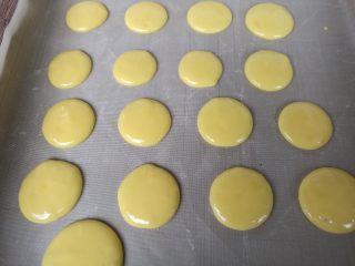 蛋黄小饼干,有间隔的挤在烤盘上。刚开始挤在烤盘上是有一个小尖尖,没关系,等下就变圆了。