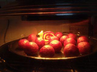 紫薯山药芝士球,入烤箱,200度,烤15分钟左右至表面有硬痂即可