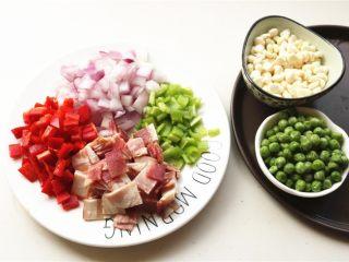 培根田园披萨,静置面团时候处理一下蔬菜。<a style='color:red;display:inline-block;' href='/shicai/ 148/'>豌豆</a>粒和<a style='color:red;display:inline-block;' href='/shicai/ 4802/'>玉米粒</a>洗净沥干水分,其余食材都切小片。