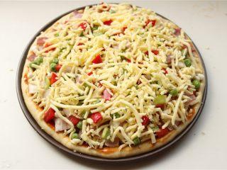 培根田园披萨,再铺一些奶酪在上面。