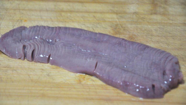 火爆腰花,在洗净的猪腰上先切成竖条儿,底部不要切断,切好后,再横切成交叉状,然后在切成大小合适的条。