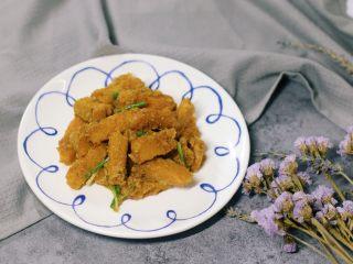 咸蛋黄焗南瓜,最后加入葱段即可装盘了。