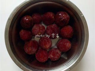 酸甜杨梅汁,杨梅洗净后,用淡盐水浸泡1个小时;