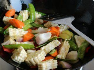 酱汁焖锅,炒匀,加少许盐调一下味。