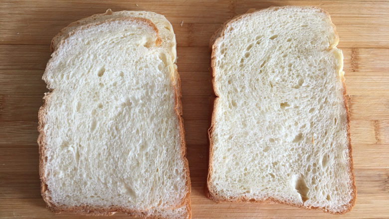童趣早餐——乌龟全麦三明治,将面包切成片。