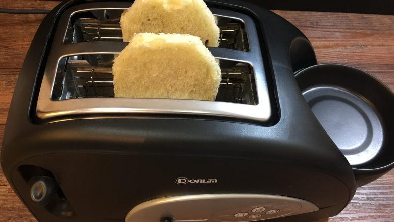童趣早餐——乌龟全麦三明治,然后放入多士炉面包槽中。