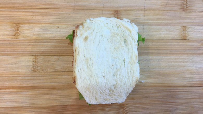 童趣早餐——乌龟全麦三明治,最后盖上一片面包片,这个乌龟的身体就做好了。
