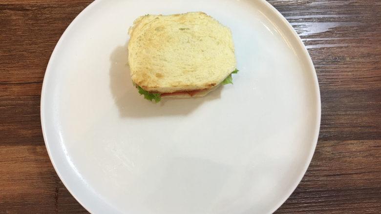 童趣早餐——乌龟全麦三明治,将它移到一个大的盘子中。