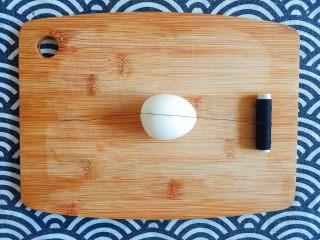 初夏的小清新——豆乳凉面,拿出一颗剥好皮的溏心蛋,放在案板上,用棉线绷紧切割,一分为二,放一旁备用; PS:用刀切会把蛋液沾在刀背上,造成浪费,还会影响切面的美观;