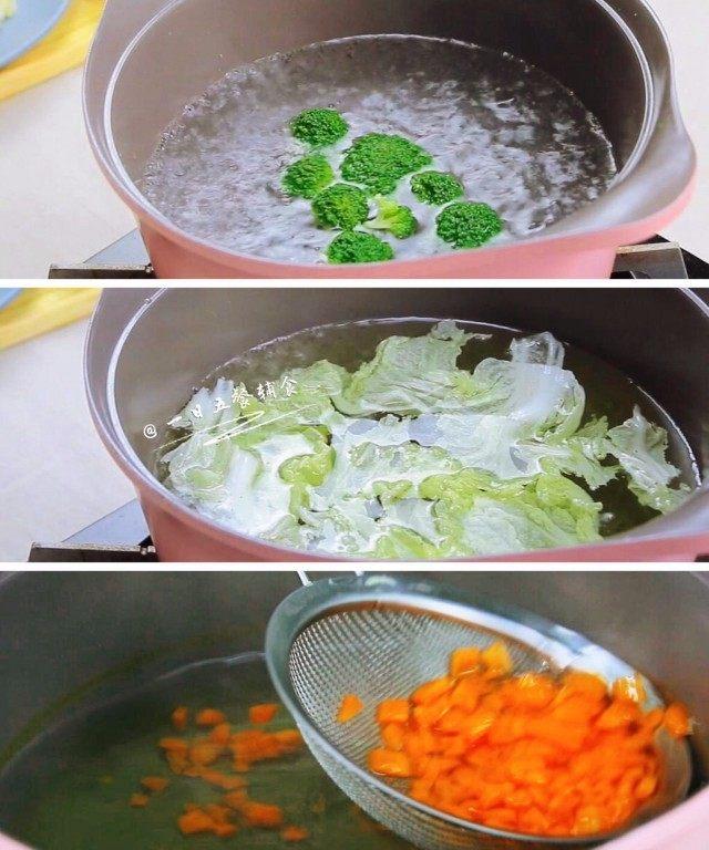 杂蔬鳕鱼猫饭团—宝宝从此爱上吃蔬菜,紧接着将蔬菜都焯一下,胡萝卜,西兰花,娃娃菜叶热水里焯过后捞出来备用。