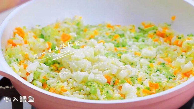 杂蔬鳕鱼猫饭团—宝宝从此爱上吃蔬菜,米饭炒散炒香后将其余蔬菜全部加入,再炒30秒。最后倒入炒好的鳕鱼,翻炒均匀关火出锅。