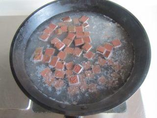 毛豆米双色豆腐,再将鸭血块放入里面焯煮一分钟捞出;