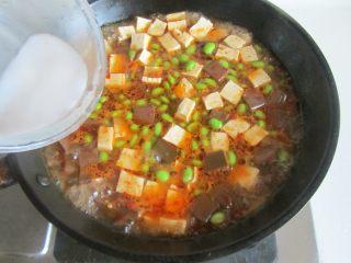 毛豆米双色豆腐,加入适量的水淀粉勾芡, 大火收汁即可盛入盘中。