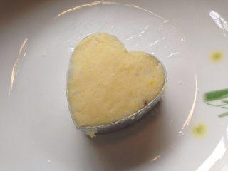 蓝莓冻干南瓜山药泥,取模具(模具内壁要涂上食用油防粘,同时好脱模)用小勺填入适量山药泥