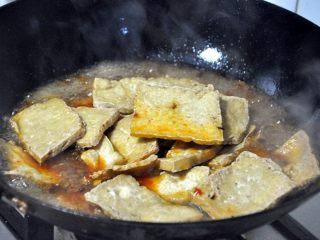 红烧豆腐---两面黄,放入炸过的豆腐,小火烧进味。