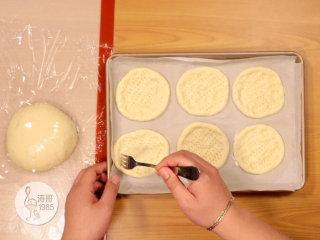 金枪鱼披萨,味道鲜美,馅料十足,接着用叉子在小披萨上面扎一些小孔,这样可以防止在烤的时候膨胀起来
