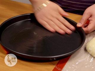 金枪鱼披萨,味道鲜美,馅料十足,用手把橄榄油均匀涂满整个盘底