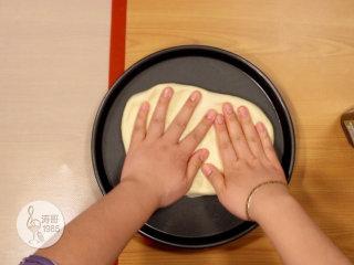 金枪鱼披萨,味道鲜美,馅料十足,再把之前做小披萨剩下来的披萨底放在烤盘上,慢慢用手压扁
