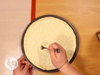 金枪鱼披萨,味道鲜美,馅料十足,然后用叉子轻轻扎一些小孔后