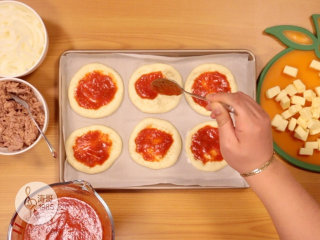 金枪鱼披萨,味道鲜美,馅料十足,依次先把之前调好味的披萨酱盛到小披萨上抹抹平