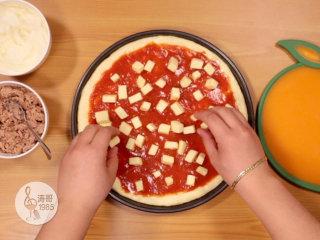 金枪鱼披萨,味道鲜美,馅料十足,抹平后摆放上马苏里拉芝士小块