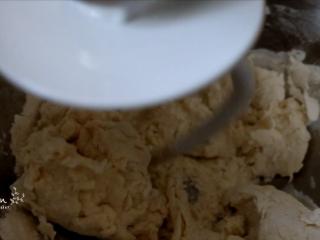 翡翠白玉饺子,开始是絮状,后面就会逐渐成团。 加温水和少量盐, 都是为了让饺子更筋道。