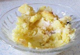 麻仁薯球,趁热去皮。加入糖用勺子粘稠泥