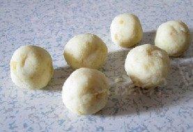 麻仁薯球,把面团分成若干个小面团并揉成小球