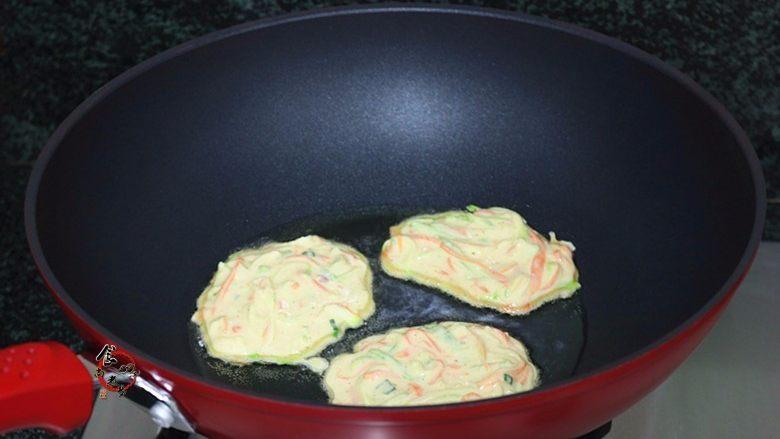 西葫芦鸡蛋煎饼,面糊倒入锅中时,会自动散开,一勺刚好煎一个饼