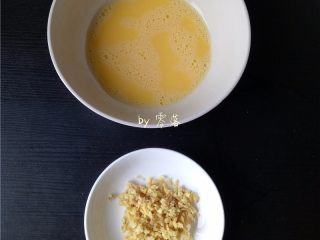 腊肉糯米丸子,老姜洗净,切成姜末;鸡蛋打散;