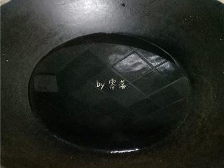 腊肉糯米丸子,锅里倒入清水烧开;