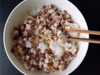 腊肉糯米丸子,放入腊肉,姜末,蛋液;