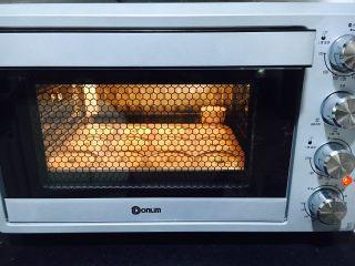 甜甜圈蛋糕,放入烤箱最底层170度20分钟。